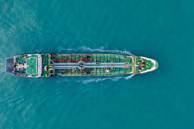 Luchtfoto vrachtschip van zakelijke logistieke zeevracht, ruwe olietanker lpg ngv op industrieterrein thailand, groep olietanker schip naar haven van singapore