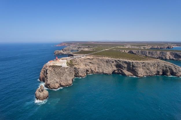 Luchtfoto. vuurtoren cabo sao vicente, drone gefilmd in sagres. portugal