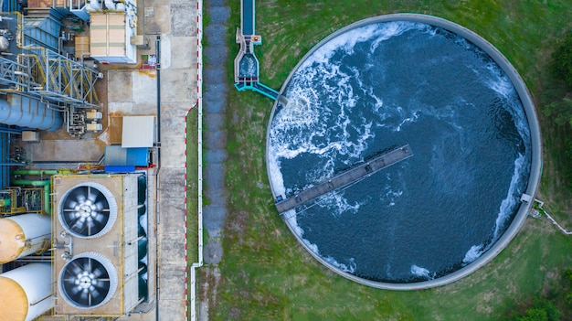 Luchtfoto waterzuiveringstank met afvalwater.