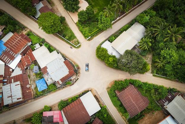 Luchtfoto weguitwisseling met auto geweldige kruispunten zes verschillende richtingen, weg van bovenaf