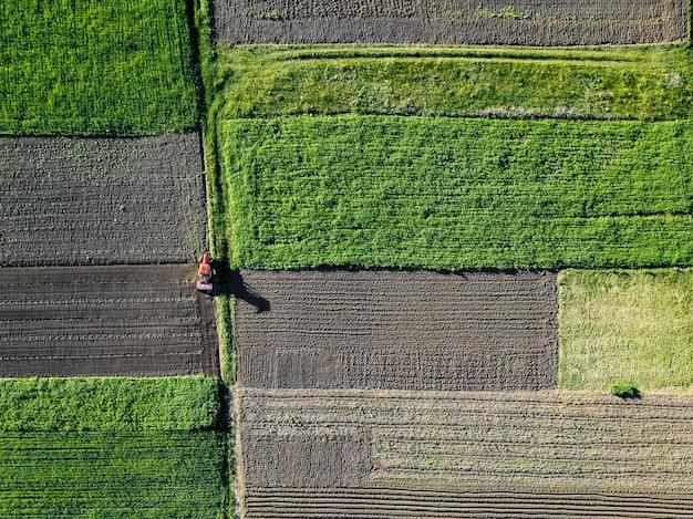 Luchtfoto werk van een tractor in het veld.