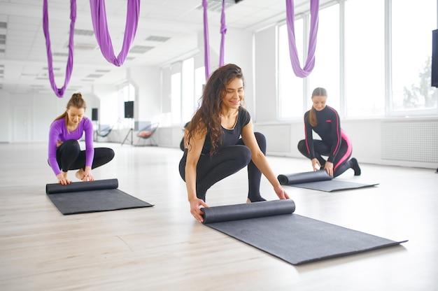 Luchtfoto yogastudio, groepstraining, hangmatten hangen. een mix van fitness, pilates en dansoefeningen. vrouwen op yogi-training in de sportschool