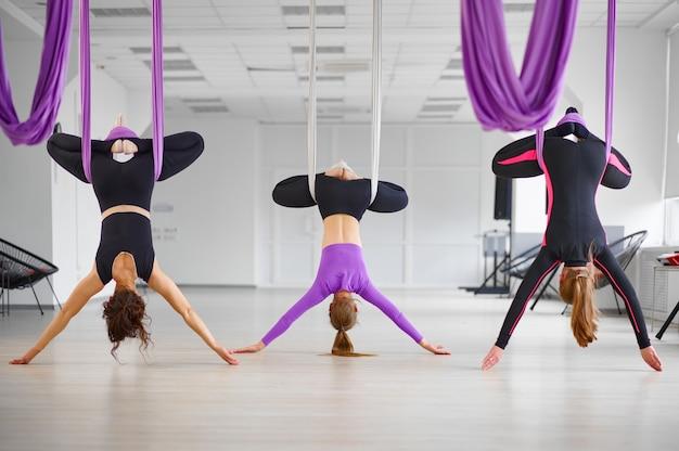 Luchtfoto yogastudio, vrouwelijke groepstraining, hangmatten hangen. een mix van fitness, pilates en dansoefeningen. vrouwen op yoga training in de sportschool