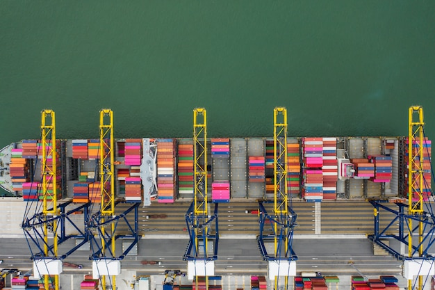 Luchtfoto zeehaven container vracht laden schip in import export business logistiek