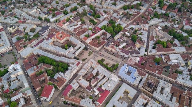 Luchtfoto zomer uitzicht op het centrale deel van de prachtige oude oekraïense stad chernivtsi met zijn straten, oude woongebouwen, stadhuis, kerken, enz. mooie stad.