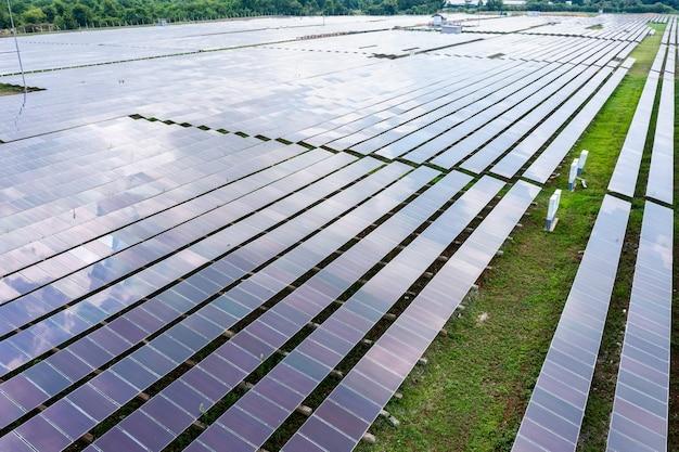 Luchtfoto zonnepanelen of zonnecellen in een veld