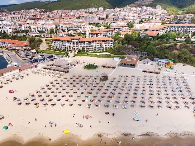 Luchtfotografie, drone-weergave van ligbedden op het strand in sveti vlas