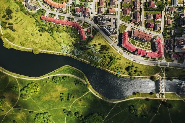 Luchtfotografie van bovenaf van een groot aantal huizen in het oostelijke district van minsk.het district van de stad minsk de rivier svisloch.belarus.
