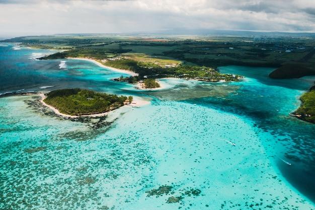 Luchtfotografie van de oostkust van het eiland mauritius.