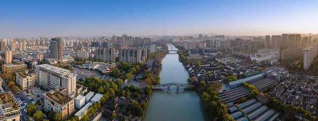 Luchtfotografie van de oude gebouwen van de gongchen-brug in hangzhou