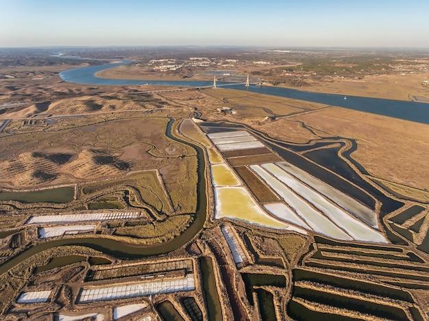 Luchtfotografie van de rivier de guadiana en de brug.