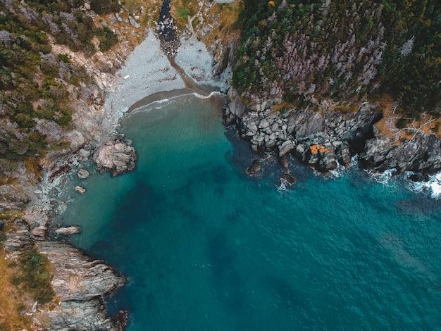 Luchtfotografie van een berg klif aan zee