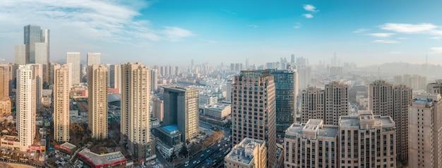 Luchtfotografie van moderne gebouwen in het centrum van qingdao