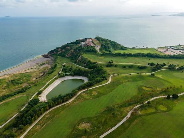 Luchtfotografie van qingdao coastline golf course