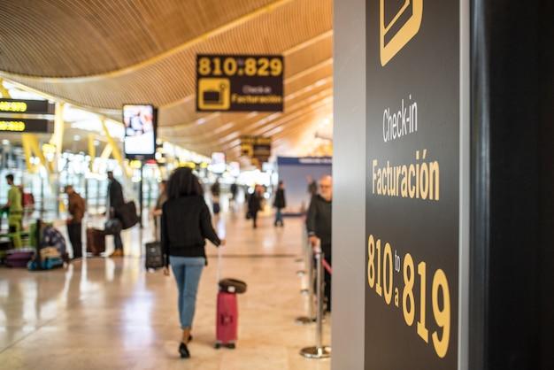 Luchthaven binnen terminal en incheckbalie