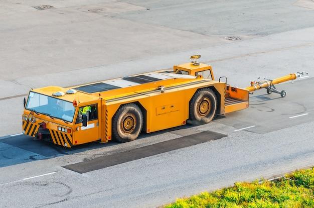 Luchthaven sleepwagen met aanhangwagenopdringer voor vliegtuigen.