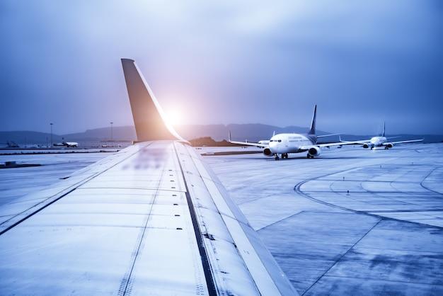 Luchthavenbaanschort en passagiersvliegtuigen