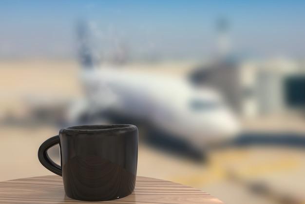 Luchthavenloungeconcept met koffiemok op luchthavenachtergrond