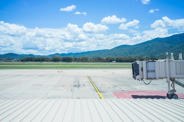 Luchthaventerminal, chiangmai in thailand, vliegtuig bij de eindpoort klaar voor start