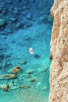 Luchthommelmening van afgemeerde boot dichtbij de kust van zakynthos, griekenland