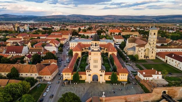 Luchthommelmening van alba carolina citadel in alba-iulia, roemenië