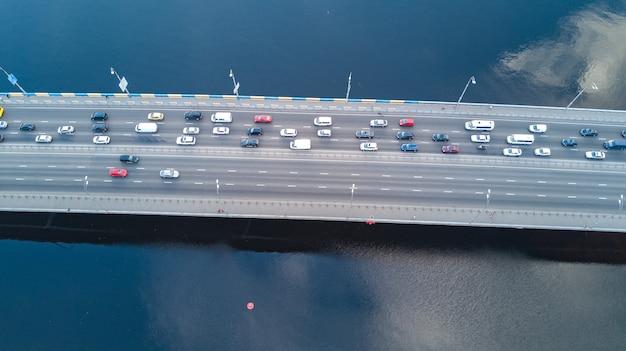 Luchthommelmening van automobiele de opstopping van de brugweg van vele auto's van hierboven, het concept van het stadsvervoer