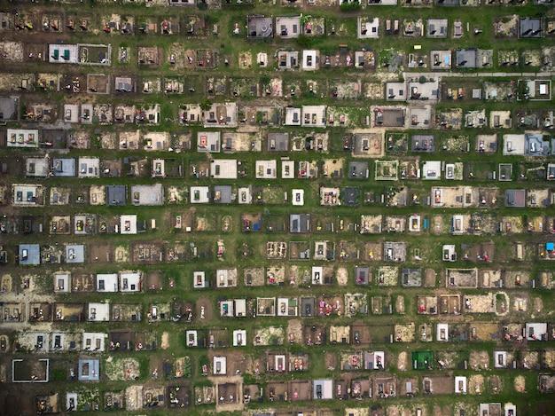 Luchthommelmening van een grote begraafplaats, graven en groen gras rondom