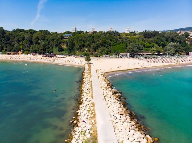 Luchthommelmening van pijler op het strand varna, bulgarije
