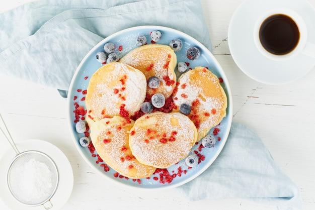 Luchtige japanse pannenkoek, dikke soufflé. trendy eten. heerlijk ontbijt