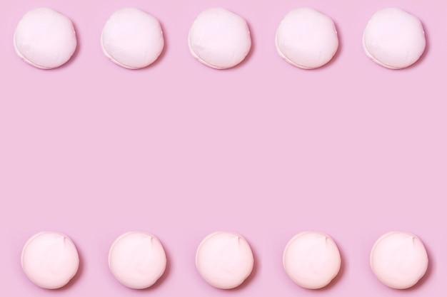 Luchtige zoete vanille marshmallow pastel op roze, frame met kopie ruimte