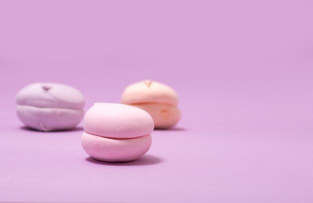 Luchtige zoete vanille-marshmallows op lavendel met kopie ruimte