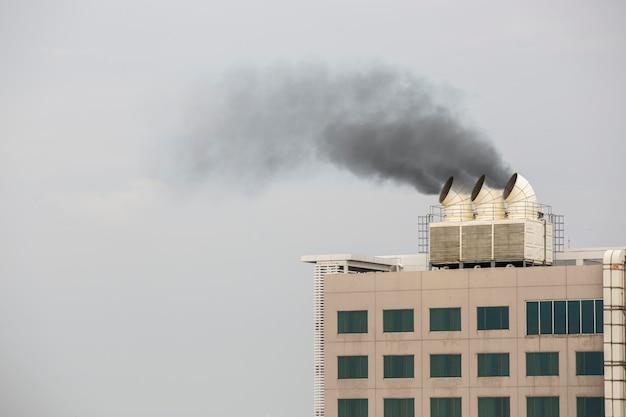 Luchtkanaal en ventilatiesysteem van fabriek met rook uit pijp