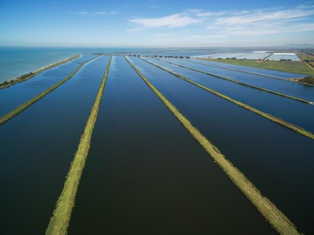 Luchtlandschap van de pools van de waterzuiveringsinstallatie in melbourne, australië