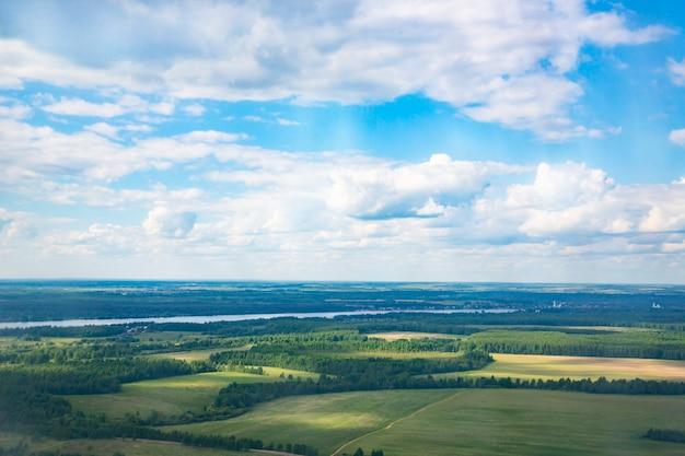 Luchtlandschap van kronkelende rivier in groen veld, bovenaanzicht van prachtige natuurachtergrond van drone, seizoensgebonden zomerlandschap met kopieerruimte