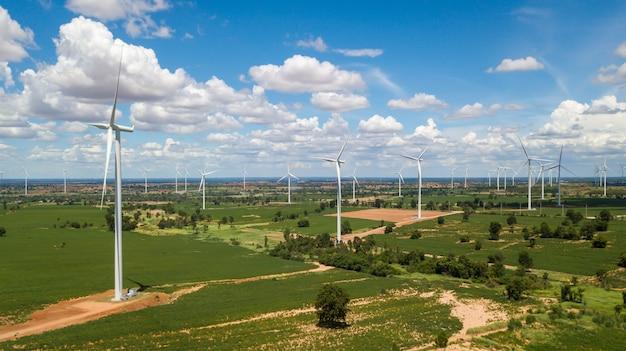 Luchtlandschap van windmolenslandbouwbedrijf met witte hemel op blauwe hemel
