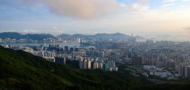 Luchtlandschappanorama van hong kong van hoogtebergen met de metropolitaanse moderne cityscape van baai victoria harbor, stedelijke horizongebouwen