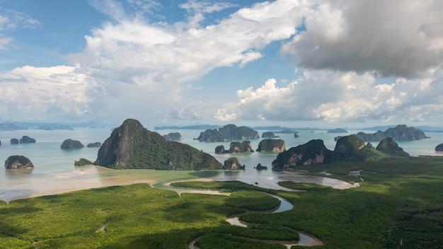 Luchtlandschapsmening samed nang chee op het gezichtspunt van het berglandschap in de provincie phang nga.