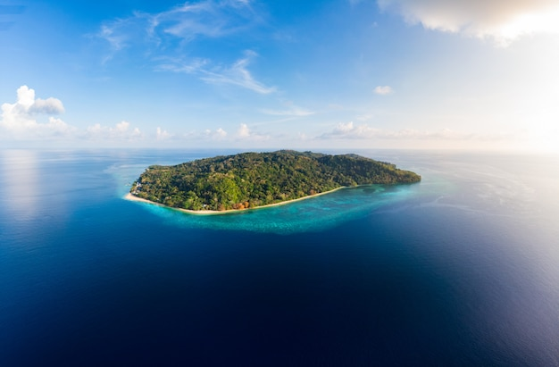 Luchtmening het tropische ertsader caraïbische overzees van het strandeiland. indonesië molukse archipel, banda-eilanden, pulau hatta. top toeristische reisbestemming, beste duiken snorkelen.