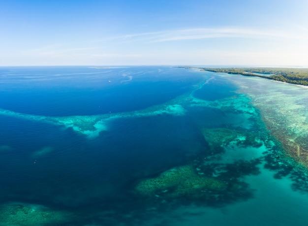 Luchtmening koraalrif dat in caraïbische overzees, tropische strandeilanden wordt verspreid. indonesië molukse archipel, kei-eilanden, banda-zee. topreisbestemming, beste duiken snorkelen, verbluffend panorama.