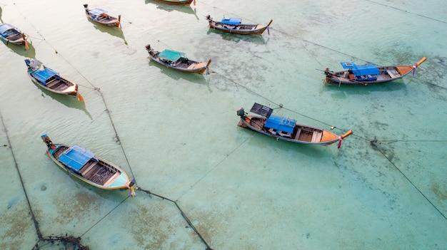 Luchtmening lange staartboot bij lipe-eiland van thailand