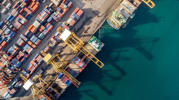 Luchtmening of hoogste mening van vrachtschip, ladingscontainer in pakhuishaven