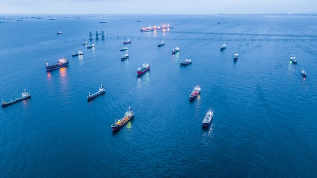 Luchtmening olietanker en gastanker die in haven in overzees laden bij nacht.