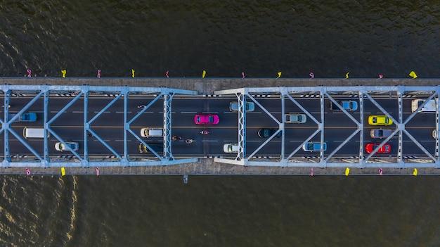 Luchtmening over verkeersbrug over rivier, auto's op brug