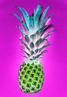 Luchtmening van ananas op negatieve filter roze achtergrond