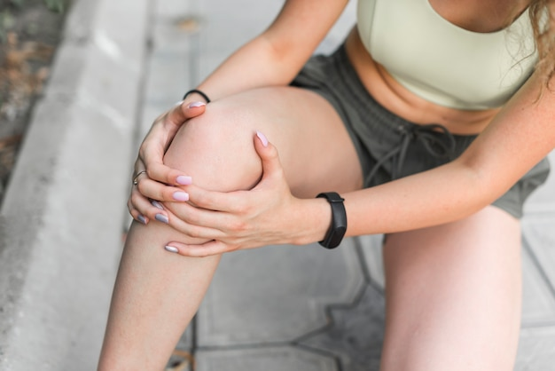Luchtmening van atleet die in knie hebben verwond