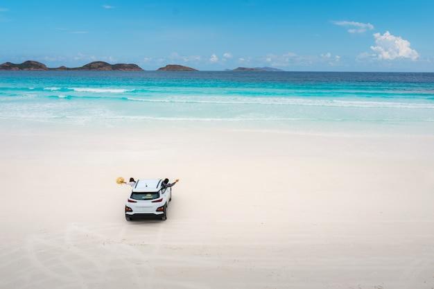 Luchtmening van autoparkeren in strand in lucky bay in het nationale park van kaaple grand, dichtbij esperance, westelijk australië, australië. reizen en vakantie concept.
