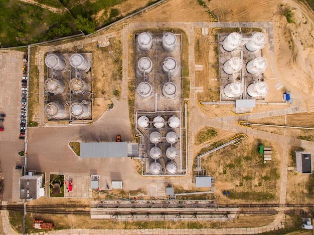Luchtmening van benzine industriezone op zand. bovenaanzicht