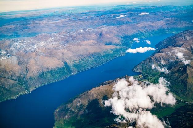 Luchtmening van berg en meerlandschap van vliegtuig boven berg dichtbij queenstown, nieuw zeeland