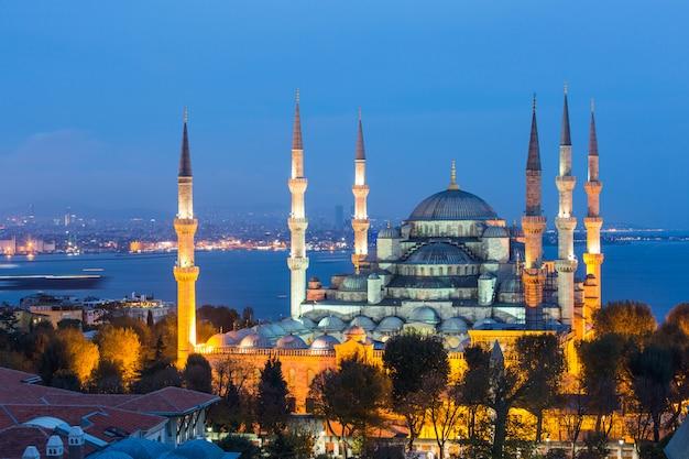 Luchtmening van blauwe moskee in istanboel bij nacht