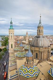 Luchtmening van cityscape zaragoza, hoogste mening van de toren van basiliek van onze dame van